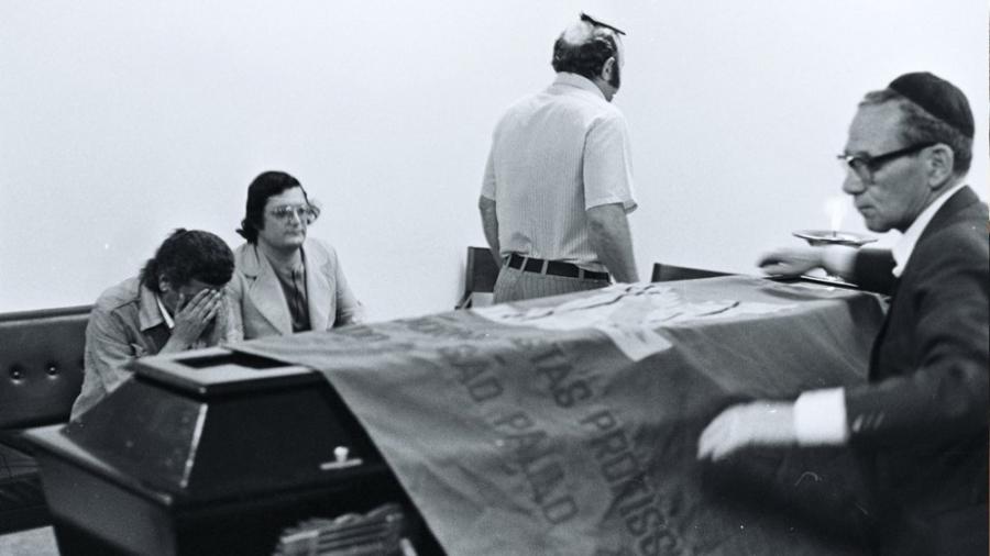 Audálio Dantas, com as mãos no rosto, no velório de seu amigo Vladimir Herzog, assassinado pela repressão no DOI-Codi, em São Paulo. Fotografia de Elvira Alegre, outubro de 1975.