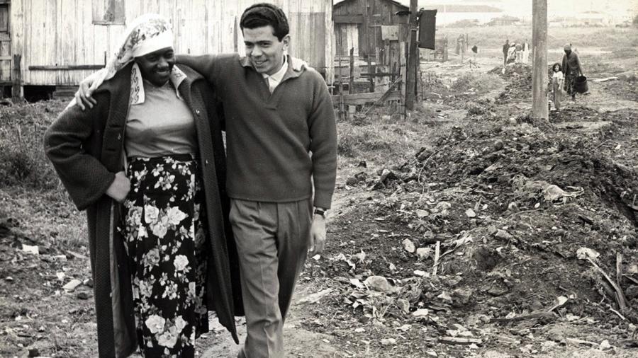 Audálio Dantas com Carolina de Jesus na Favela do Canindé, em 1960. Fotografia do arquivo de Ruth de Souza.